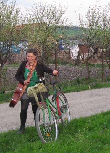 Irina vine spre seara sa cantam / Irina coming for the evening songs